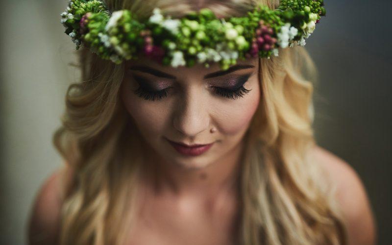 25106efda3 Każda Panna Młoda chce wyglądać olśniewająco na swoim ślubie. Istotny jest  każdy najmniejszy detal – nie tylko dobrze dobrana sukienka