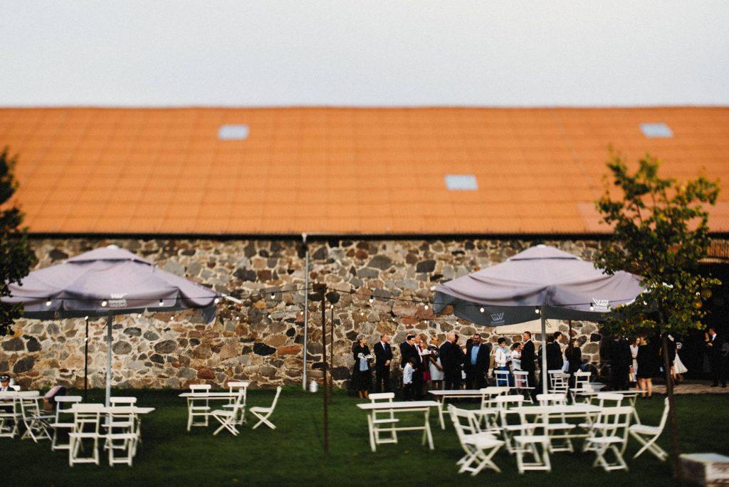 Goście przed salą weselną